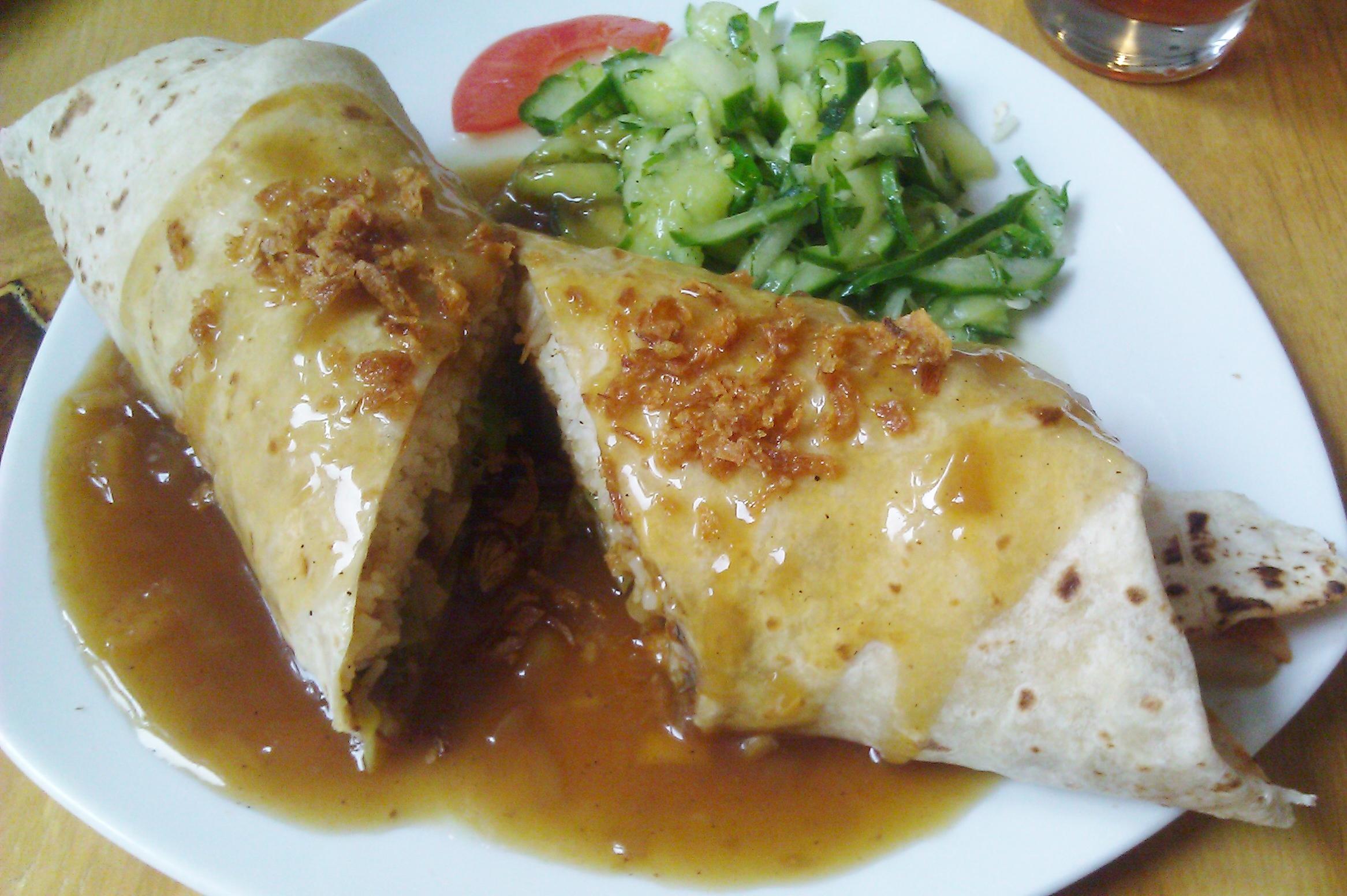 asiatische Wraps, gefüllt mit Limettenreis und gebratenem Gemüse mit Süß-Sauer-Sauce vegan