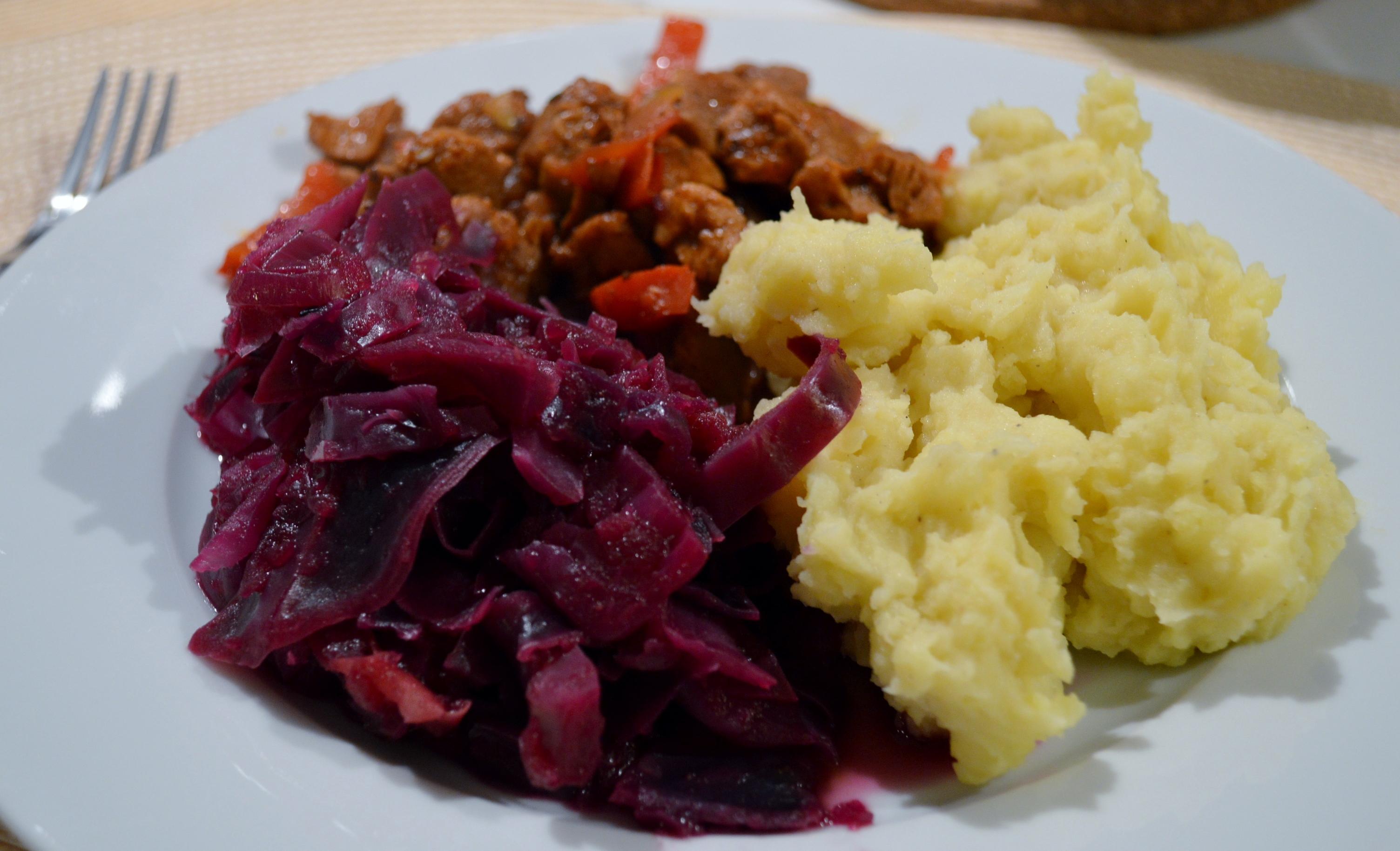 Soja-Gulasch, Kartoffelbrei und Apfel-Rotkraut