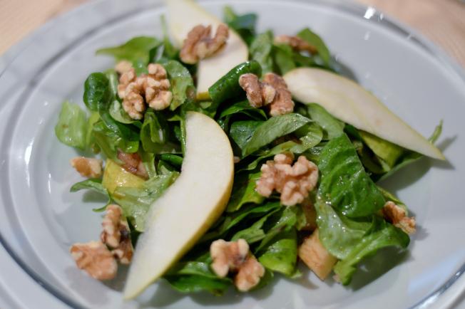 2. Gang: Feldsalat mit Birnen und Walnüssen