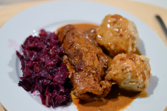 Sojasteak-Rouladen mit brauner Sauce, Semmelknödel und Apfel-Rotkraut