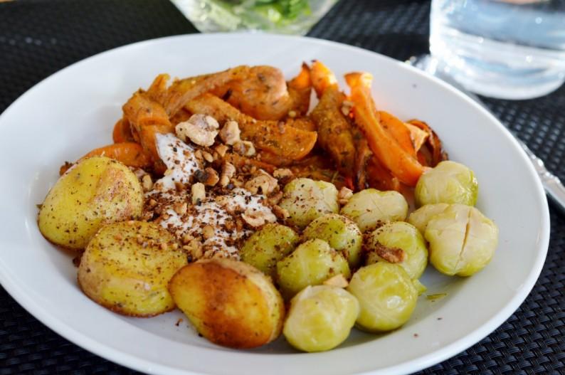Süßkartoffelpommes aus Vegan for Youth (das ich meinen Eltern zu Weihnachten geschenkt habe ;) ), Kartoffeln, Rosenkohl und ein leckerer Meerrettichdip mit gerösteten Walnüssen