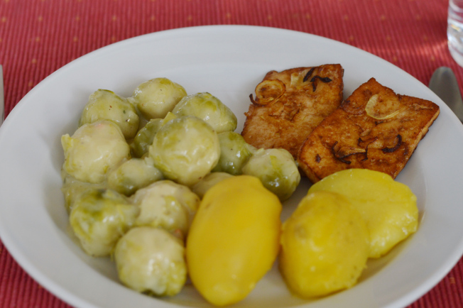 In Sojasauce eingelegter Tofu mit Zwiebeln, Rosenkohl mit Sojasahnesauce und Kartoffeln