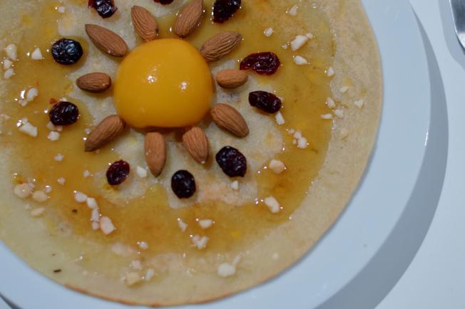 Pancake mit Pfirsich, Mandeln, Cranberries, Macadamia Nüssen und Ahornsirup