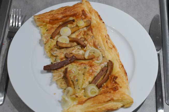 Flammkuchen aus Blätterteig, getoppt mit Mandelmus-Sojasahne, Zwiebeln und angebratenen Räuchtertofustreifen