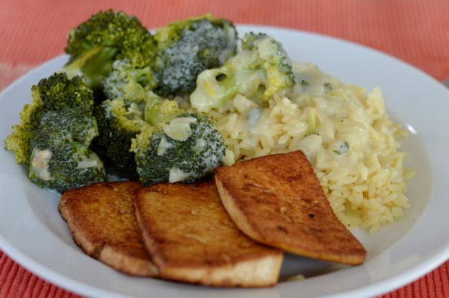 Broccoli mit einer Salbeisahnesauce, Reis und Tofu