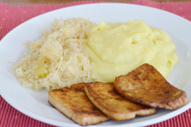 Sauerkraut, Kartoffelbrei und gebratener Tofu