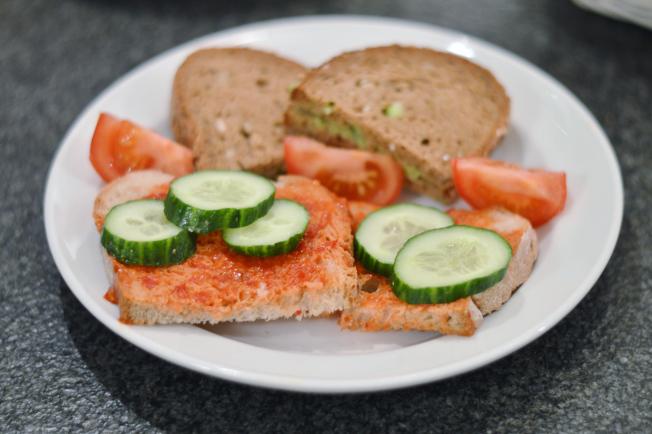 Brot mit Avocadoaufstrich, Ajvar und Gemüse