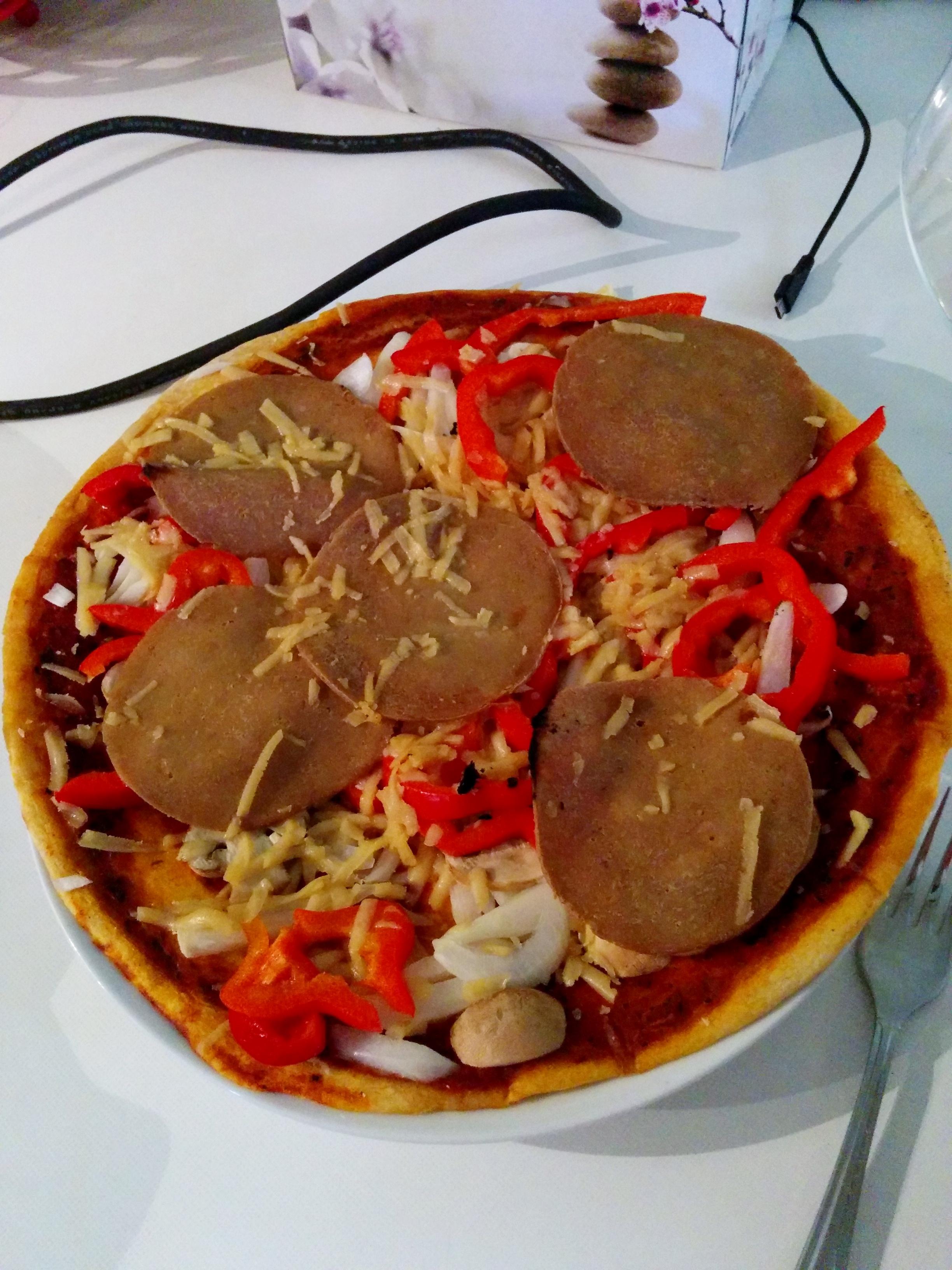 Fertige Marinara Pizza, selbst belegt mit Fake meat (Foodland) und veganem Käse (Cheezly)