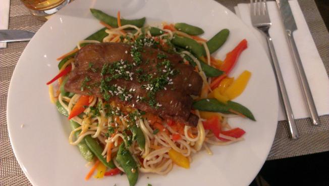 Mock Duck mit Udon Nudeln und süß saurer Sauce