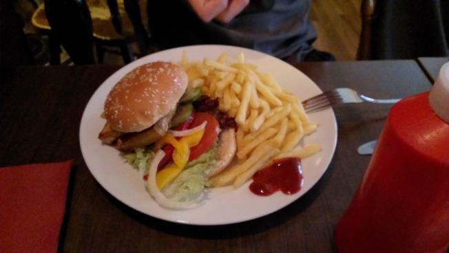 Tofu-Burger mit Pommes im Café Vienna in Mannheim