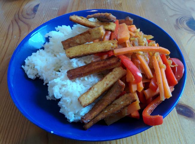 Reis mit japanischem Bratling von Alnatura, Sojasauce, Karotte und Paprika