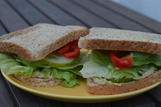 Veganes Sandwich mit Hummus, Avocado, Gurke, Paprika und Salat
