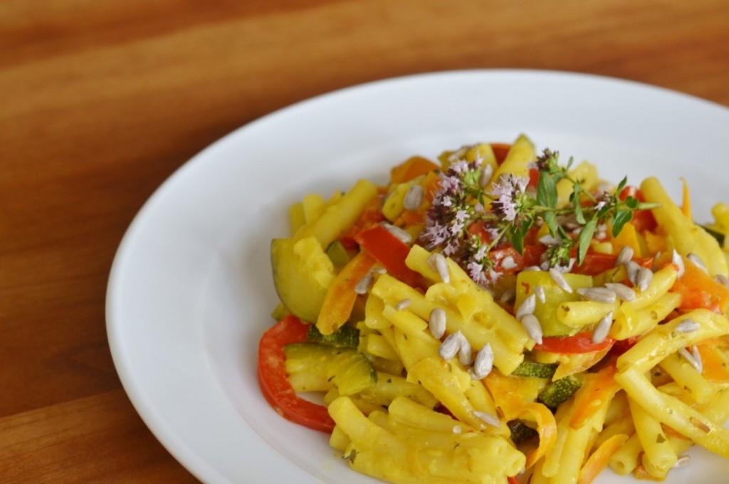 Macaroni mit Gemüse und pikanter Samba Oelek Sauce vegan