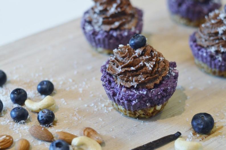 Heidelbeer Cupcakes mit Schokomousse Topping (ohne Zucker, ohne Backen)