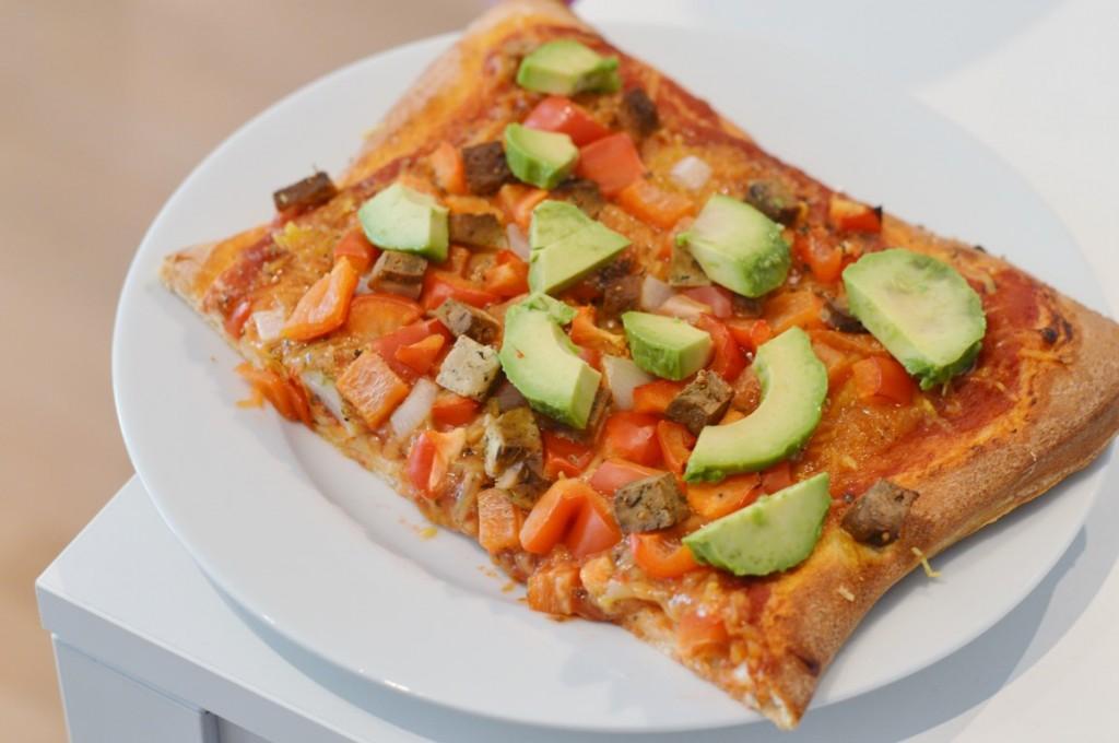 Vegane Pizza mit Soyatoo Käse, Paprika, Zwiebeln, Kräutertofu und Avocado