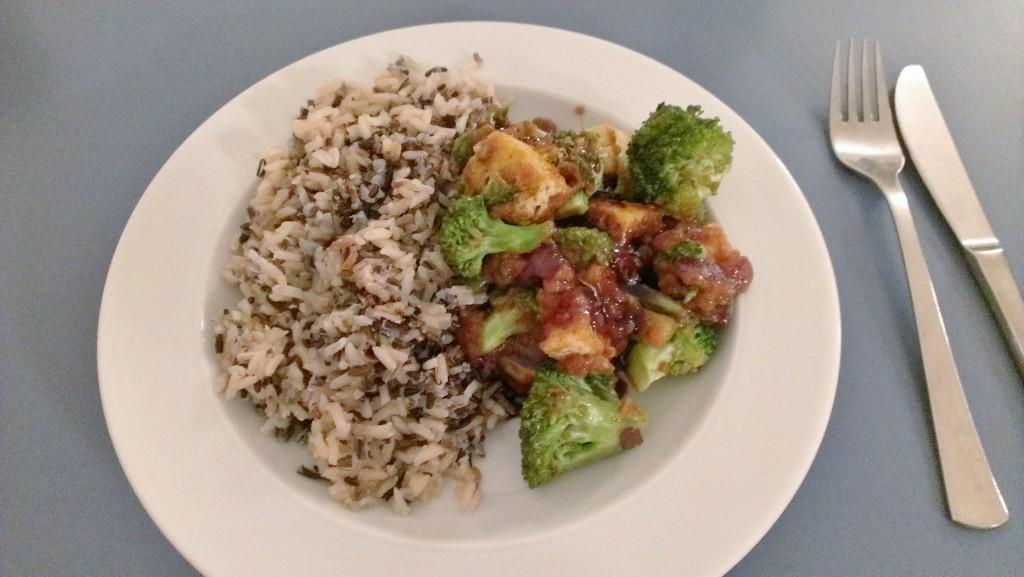 Wildreis, Brokkoli, rote Zwiebeln, asiatischen Tofu und indonesische Erdnusssauce