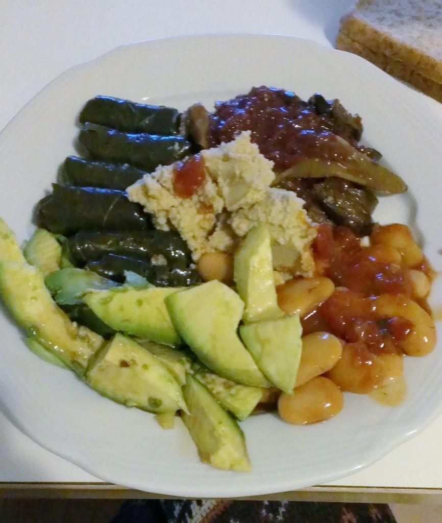 Fladenbrot mit verschiedenen türkischen Produkten aus dem Supermarkt (Hummus, Aubergine und Weinblätter) und Avocado mit Sojasauce