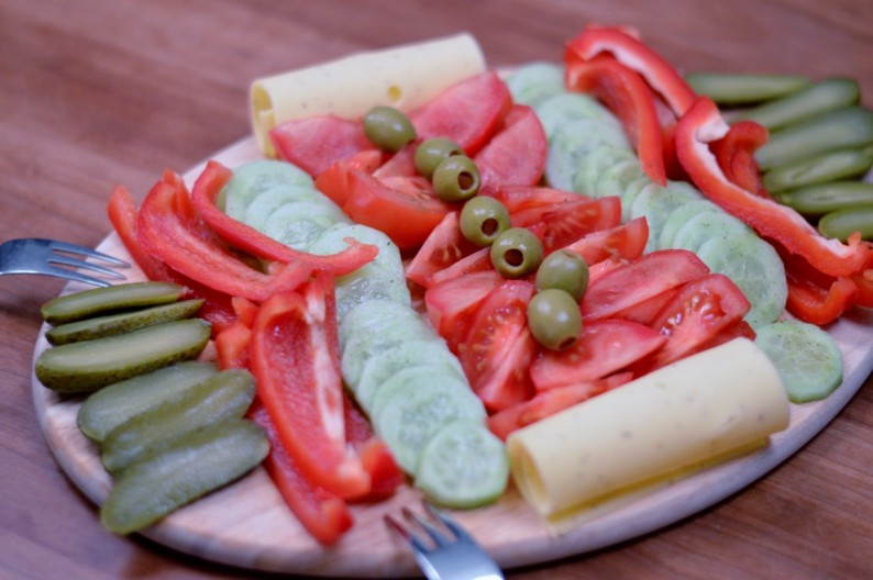 Abendbrot und zwar ganz in vegan und das ist auch gar nicht langweilig! Mit Rohkostplatte, Guacamole, Nudelsalat, Hirsesalat, Aufstrichen und dem superleckeren Olivenöl von meiner Mama