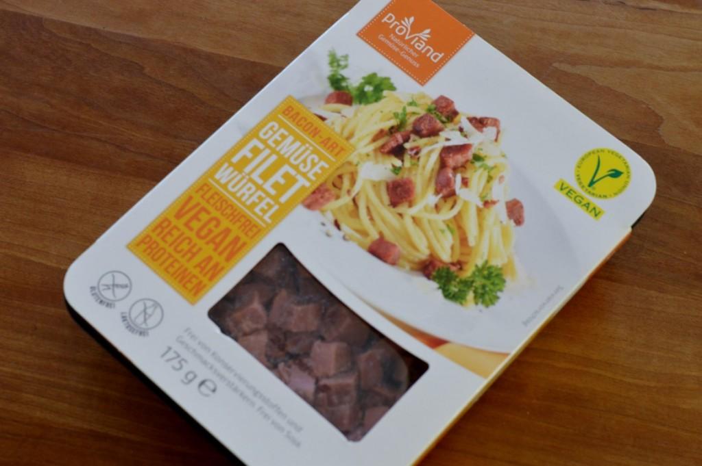 vegan Proviand Gemüsefilet Würfel verwendet. Die bestehen nur aus Gemüse (Karotten, Erbsen, Kartoffelstärke etc.), aber schmecken nach Schinken.