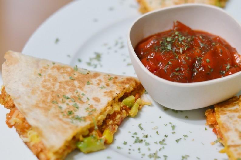 Vegane Quesadillas mit Paprika Mais Avocado und Tof