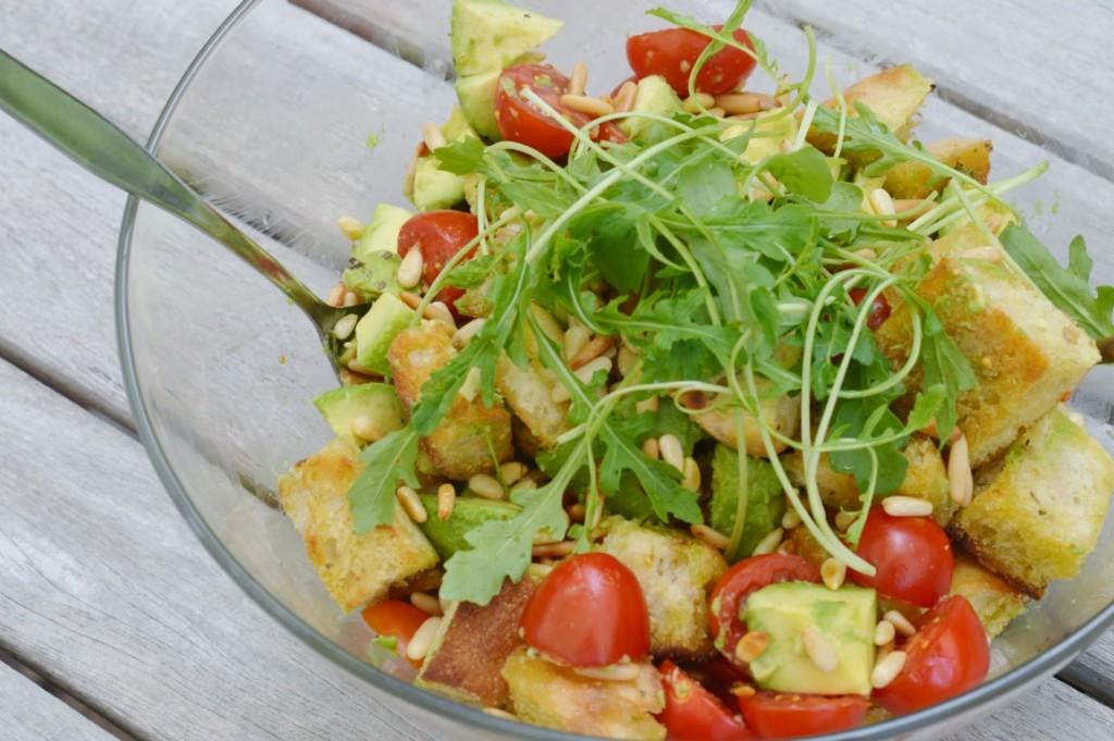 Rezept: Ciabatta Brotsalat mit Avocado, Kirschtomaten und Pinienkernen