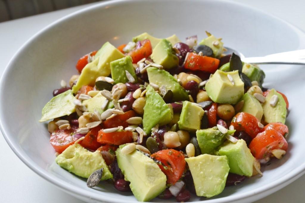 Rezept: veganer Proteinsalat mit Bohnen, Kichererbsen, Avocado