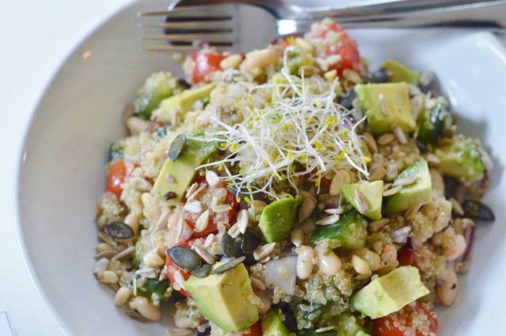 Rezept: Quinoa-Bohnen-Gurke-Avocado-Salat vegan