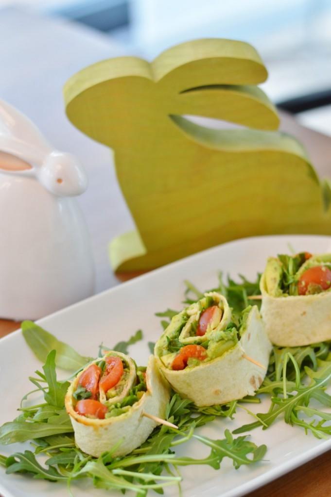 Vegane Wrap Röllchen mit Avocado, Kirschtomaten und Rucola für Ostern Rezept