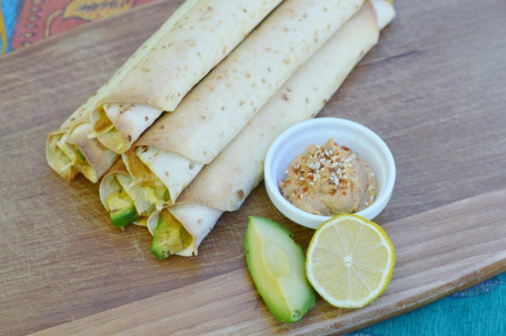 Rezept: Vegane Taquitos mit Hummus und Avocado - schnell, einfach, zum Mitnehmen, Party