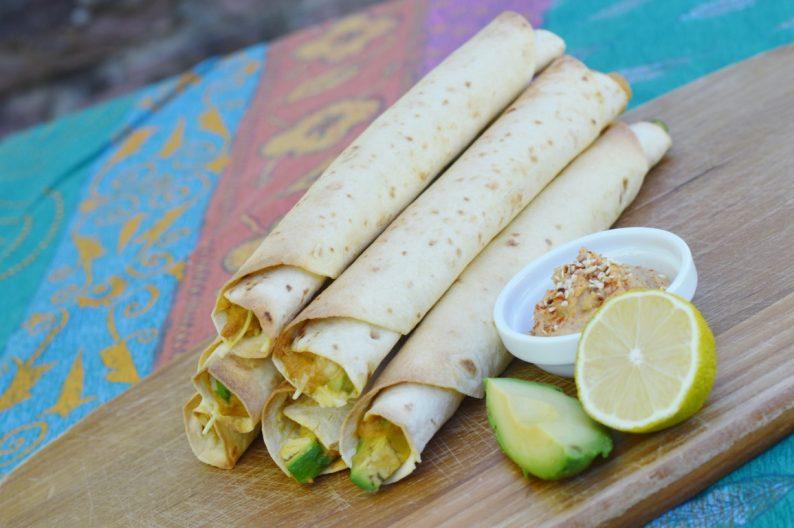 Rezept: Vegane Taquitos mit Hummus und Avocado